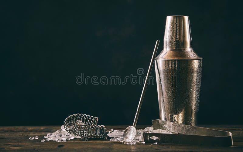 Coctelera de cóctel, swizzle e hielo machacado fotografía de archivo libre de regalías