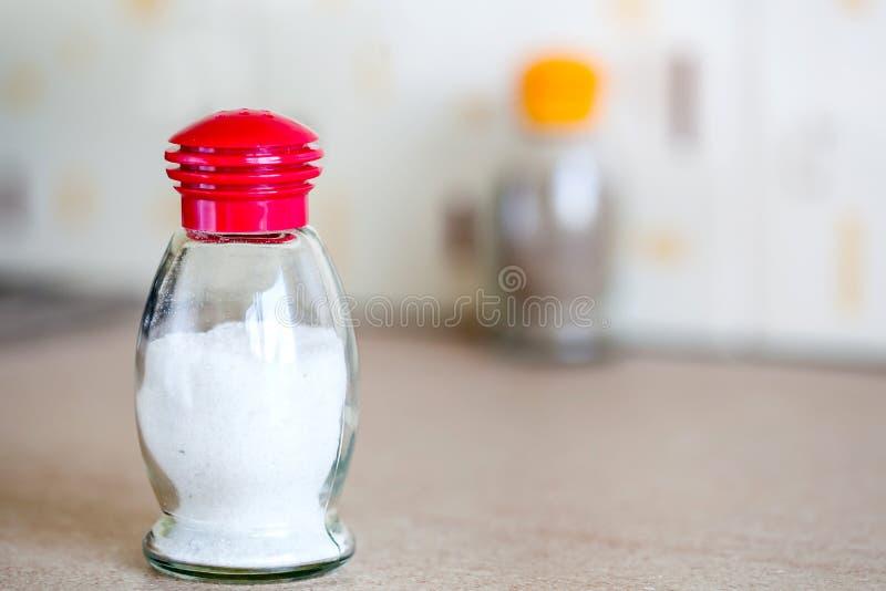 Coctelera de sal en la tabla imagenes de archivo