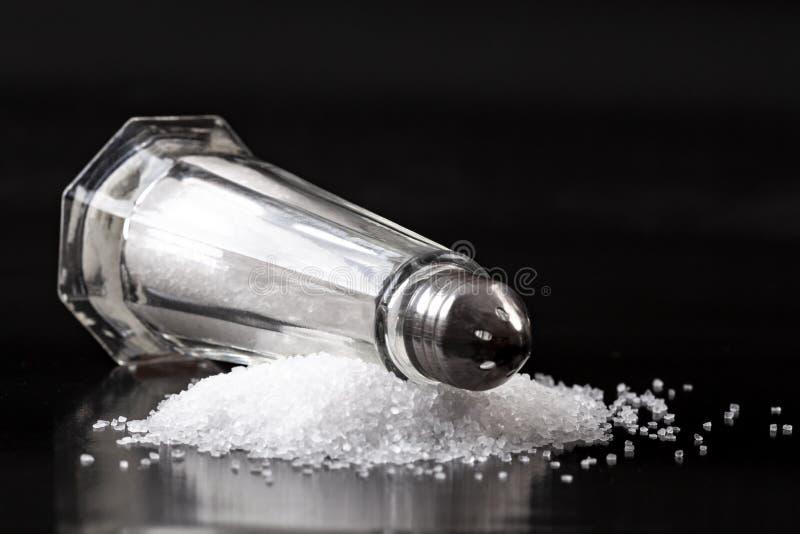 Coctelera de sal en pila de la sal imagenes de archivo