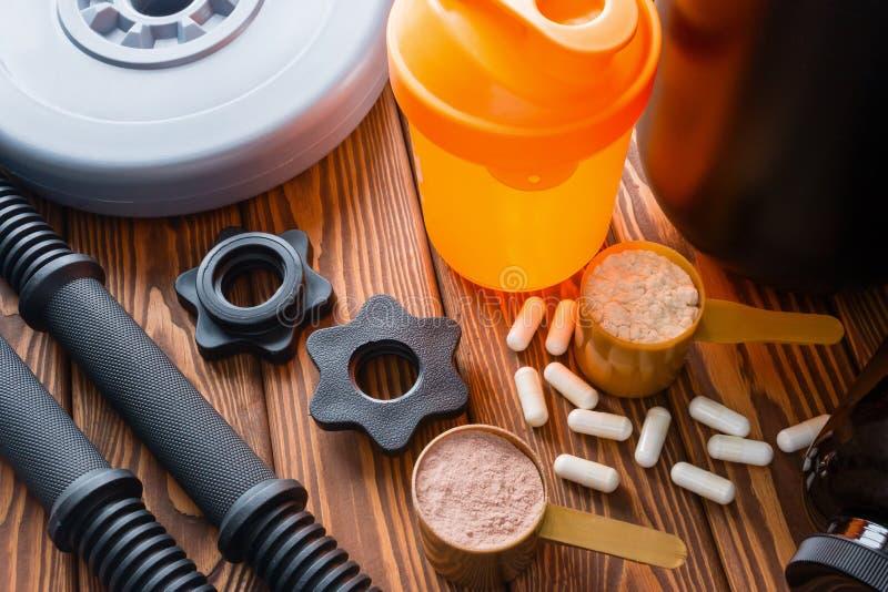 Coctelera, pesas de gimnasia del cuello, proteína y aminoácidos fotos de archivo libres de regalías