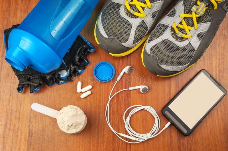 Coctelera, proteína y zapatos del deporte fotografía de archivo libre de regalías