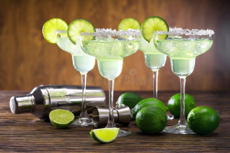 Coctelera que sirve y cuatro Margaritas foto de archivo