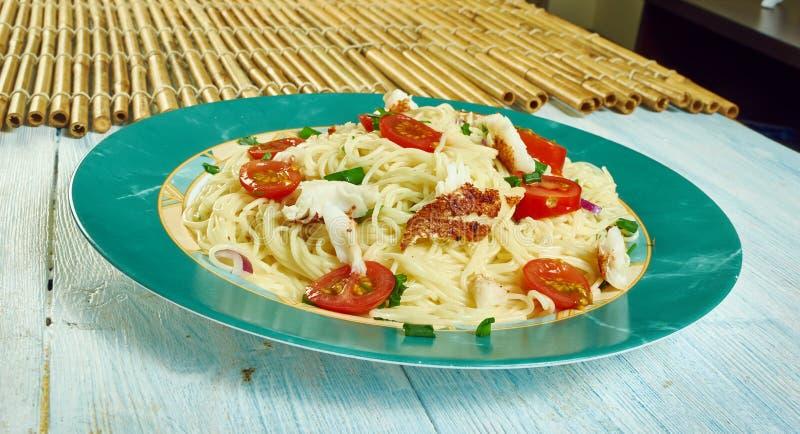Cod puttanesca z spaghetti zdjęcia royalty free