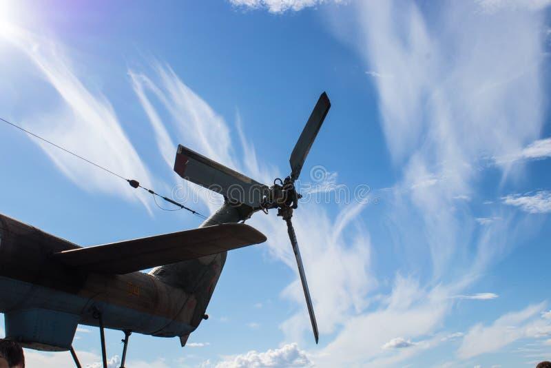 Coda dell'elicottero contro cielo blu con le nuvole bianche fotografie stock libere da diritti