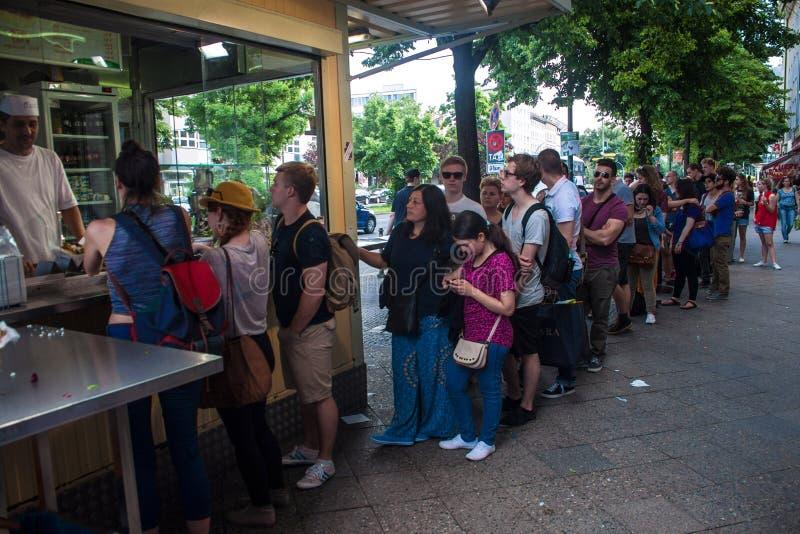 Coda della gente alla stalla di kebab immagini stock libere da diritti