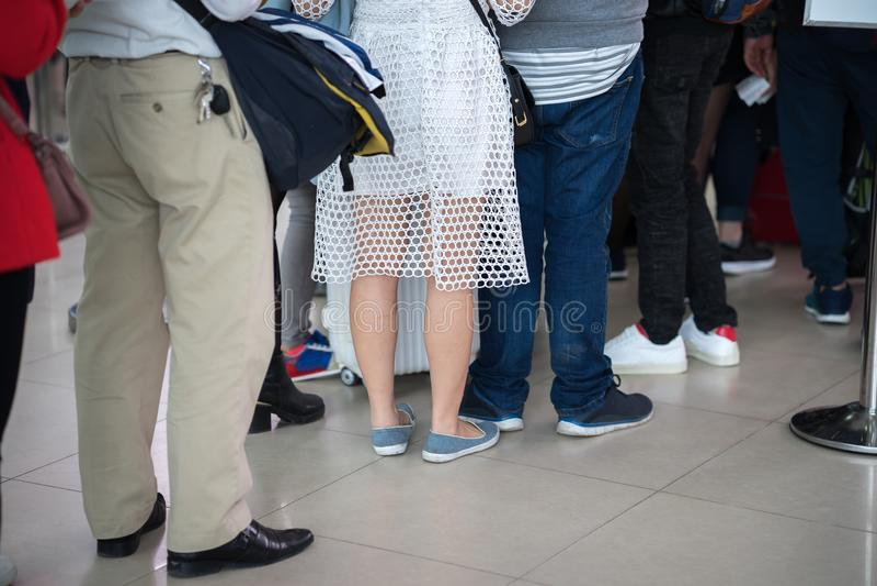 Coda della gente asiatica che aspetta al portone di imbarco all'aeroporto closeup fotografie stock libere da diritti