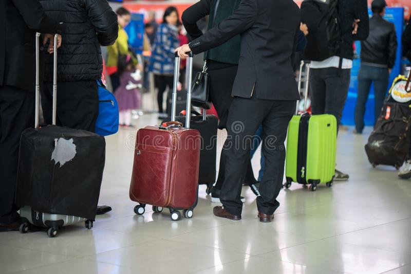 Coda della gente asiatica che aspetta al portone di imbarco all'aeroporto closeup immagini stock libere da diritti