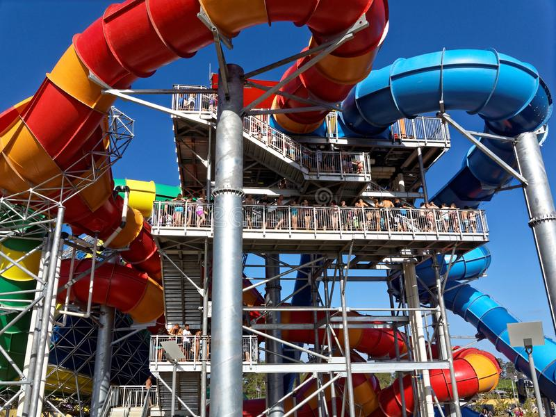 Coda lunga di calore di estate alla torre moderna dell'acquascivolo fotografia stock libera da diritti