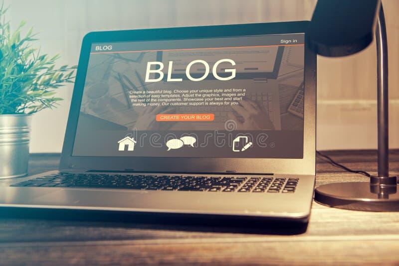Codage Blogging de codeur de mot de blog utilisant l'ordinateur portable photographie stock libre de droits