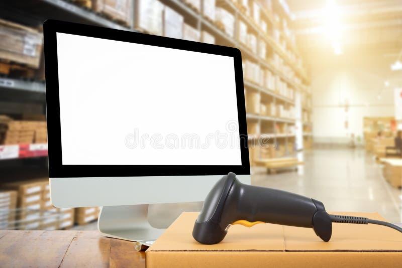 Code barres de balayage de femme d'un label dans l'entrepôt moderne images stock