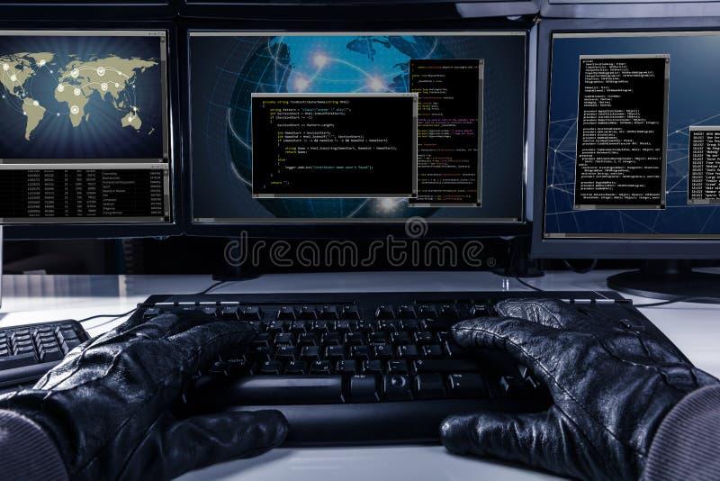 Code de dactylographie de pirate informatique sur le clavier d'ordinateur photographie stock