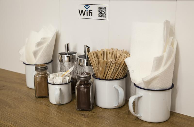 Code de Wifi sur l'image de qr sur un coin de café images libres de droits