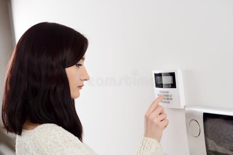code entrant de femme sur le clavier num rique de l 39 alarme de s curit la maison photo stock. Black Bedroom Furniture Sets. Home Design Ideas