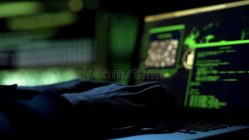 Code informatique de dactylographie de pirate informatique, programme de sécurité pour la base de données, plan rapproché de main image stock