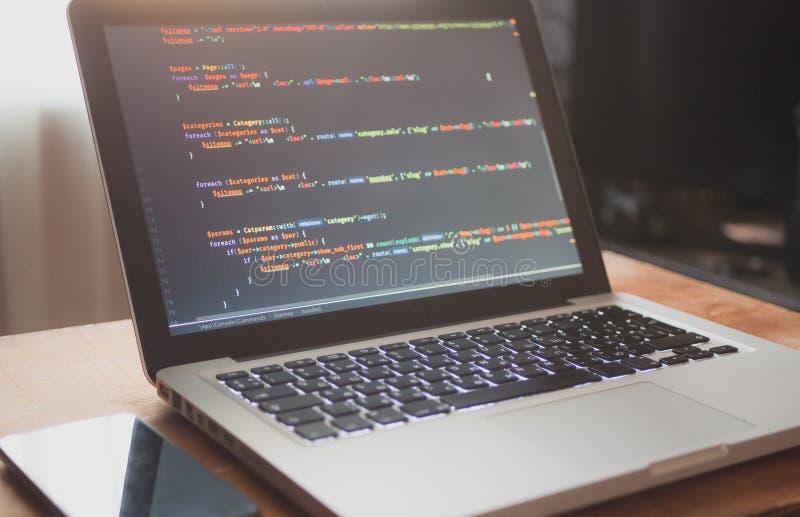 Code informatique sur l'ordinateur portable (se développer de Web photo stock