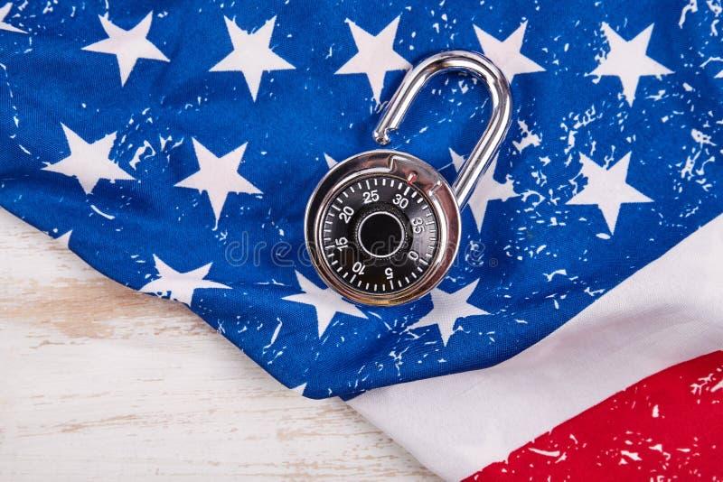 Codez la serrure et le drapeau américain images stock