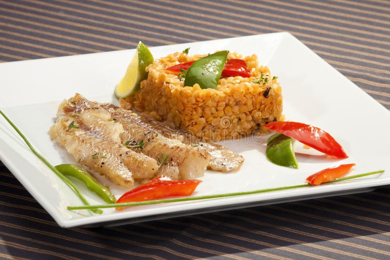 codfish piec na grillu soczewicy czerwień zdjęcie stock