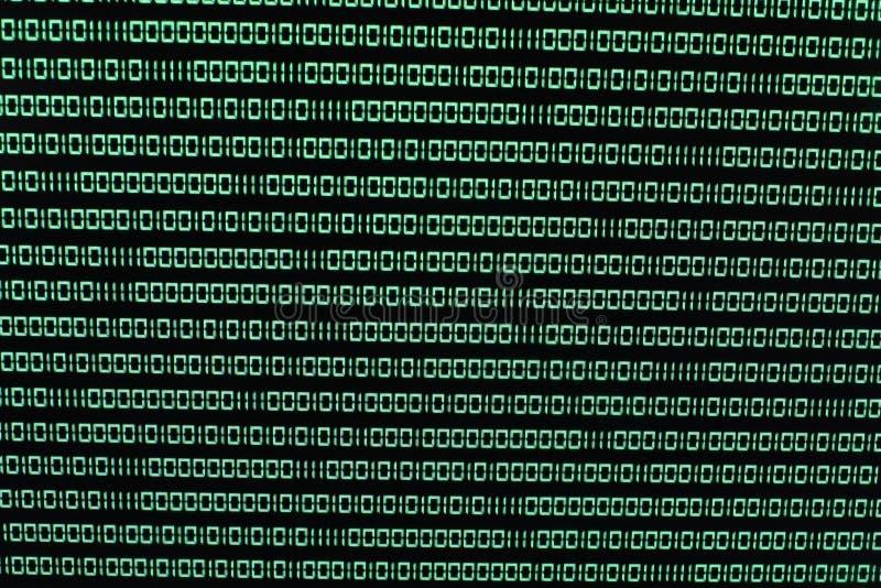 Codice binario nel verde su TFT con il virus in  fotografie stock libere da diritti