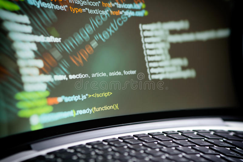 Codice del HTML su uno schermo del computer portatile fotografia stock libera da diritti
