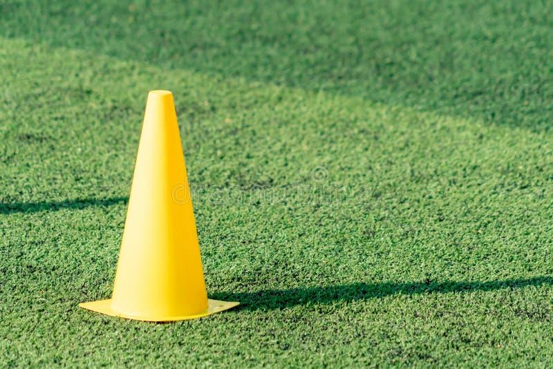 Codice di formazione in campo calcistico sul campo verde dell'erba artefatto immagini stock libere da diritti