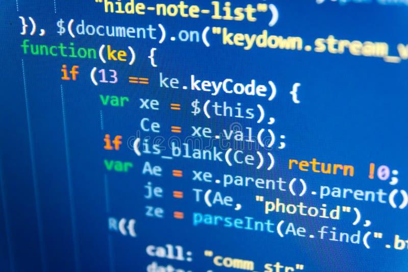 Codice di programmazione dello sviluppatore del pitone Giovane squadra di affari che lavora con la partenza fotografia stock