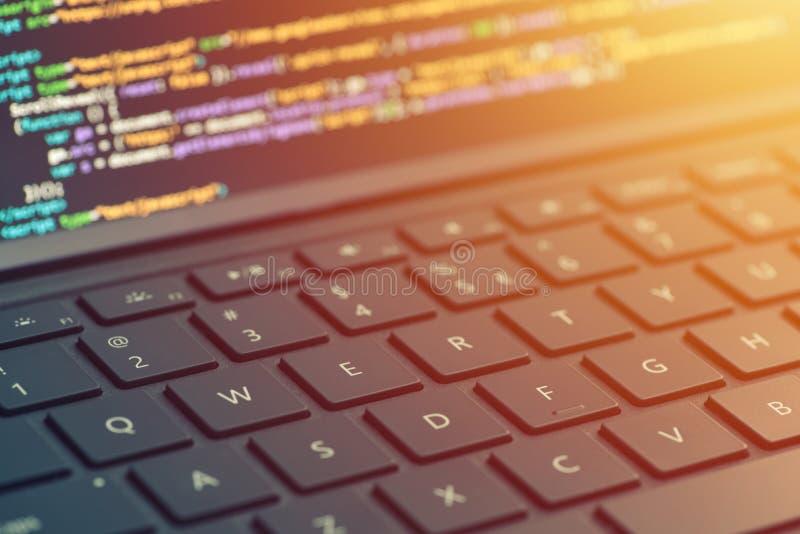 Codificação do close up na tela, mãos que codificam o HTML e que programam no portátil da tela, desenvolvimento da Web, colaborad foto de stock