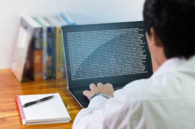Codificação do programador no computador imagens de stock