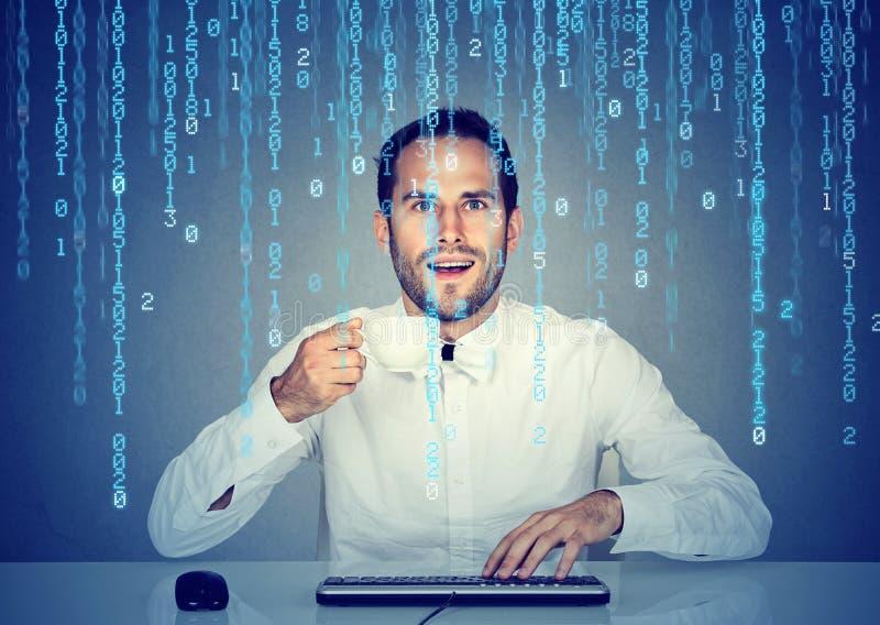 Codificação surpreendida da Software Engineer do homem usando um computador e guardando uma xícara de café fotografia de stock royalty free