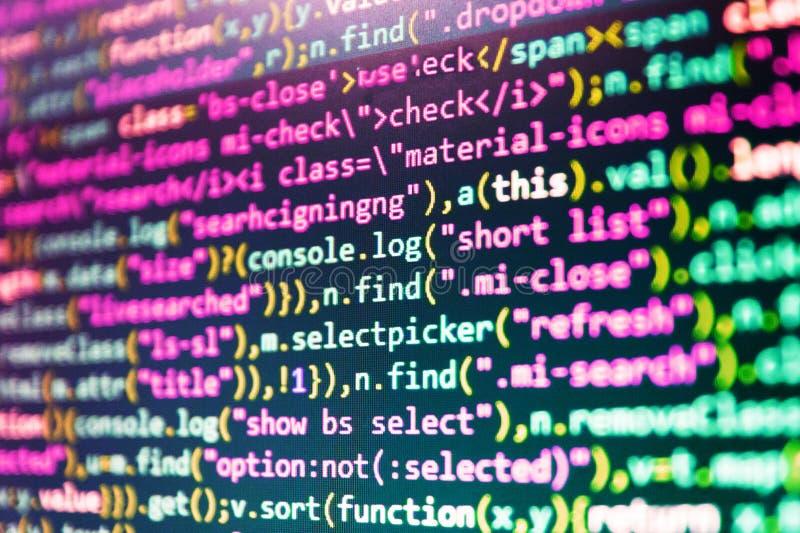 Codificación de las TIC en la pantalla de monitor Base de datos grande app de los datos Foto del monitor del PC de sobremesa foto de archivo libre de regalías