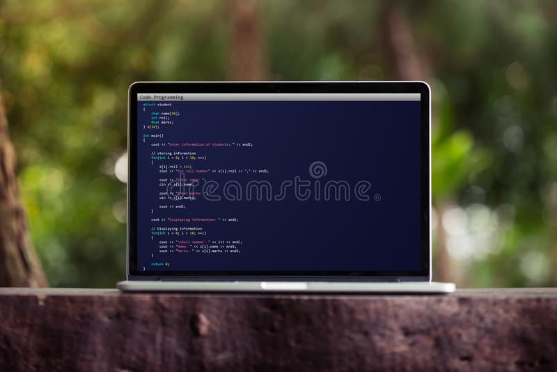 Codificación y programación para el concepto del desarrollo web y del diseño web usando el ordenador portátil/el ordenador foto de archivo