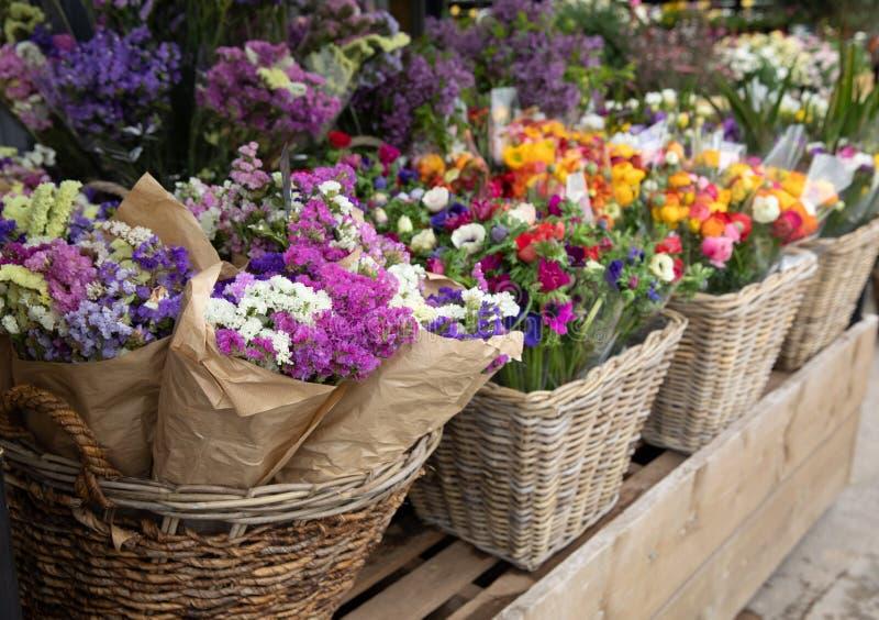 Codzienni kwiaty odpieraj?cy z rozmaito?ci? ?wiezi r?ni?ci kwiaty tak jak statice Salem lub limonium sinuatum, anemonowy coronari zdjęcia stock