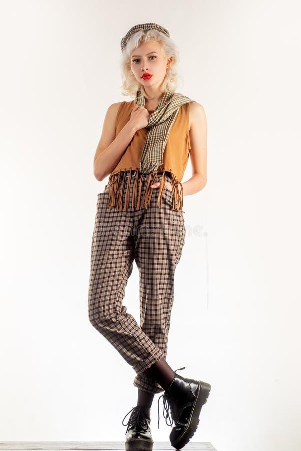 Codziennie jest pokaz mody Elegancki moda model z wspaniałym spojrzeniem Modny moda styl Moda odzieżowa i akcesoryjna zdjęcie royalty free