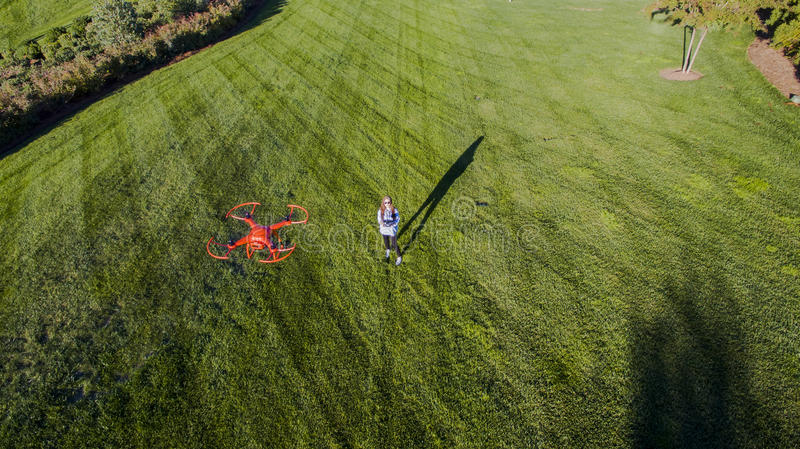 Coed брюнет летая трутень стоковая фотография rf