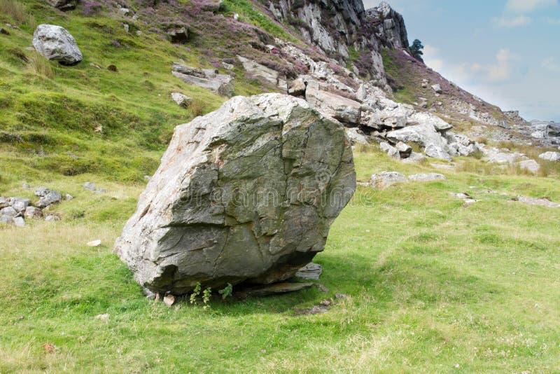 Coed Drwy y, Snowdonia, валун который разрушил часовню стоковые изображения