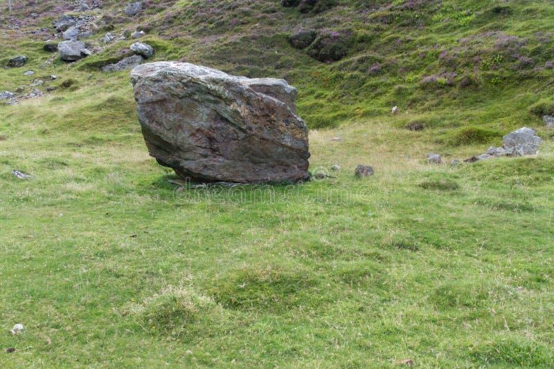 Coed Drwy y, Snowdonia, валун который разрушил часовню стоковая фотография rf