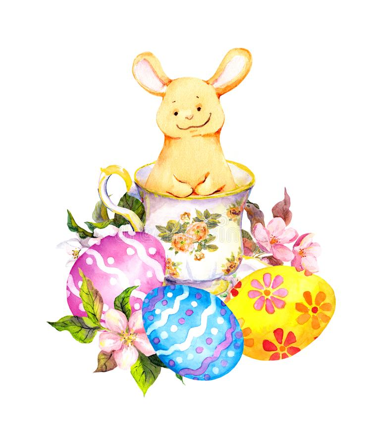 Coelhinho da Páscoa bonito no copo de chá, com ovos coloridos, flores watercolor ilustração royalty free