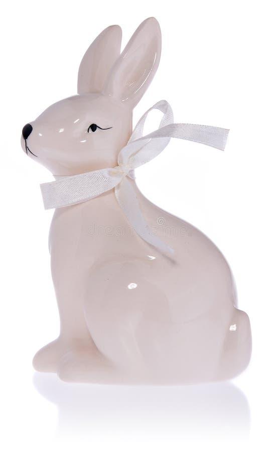 Coelhinho da Páscoa branco cerâmico com curva branca foto de stock royalty free