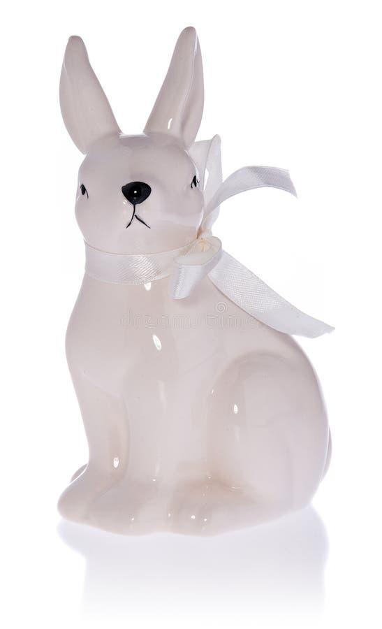 Coelhinho da Páscoa branco cerâmico com curva branca fotografia de stock royalty free