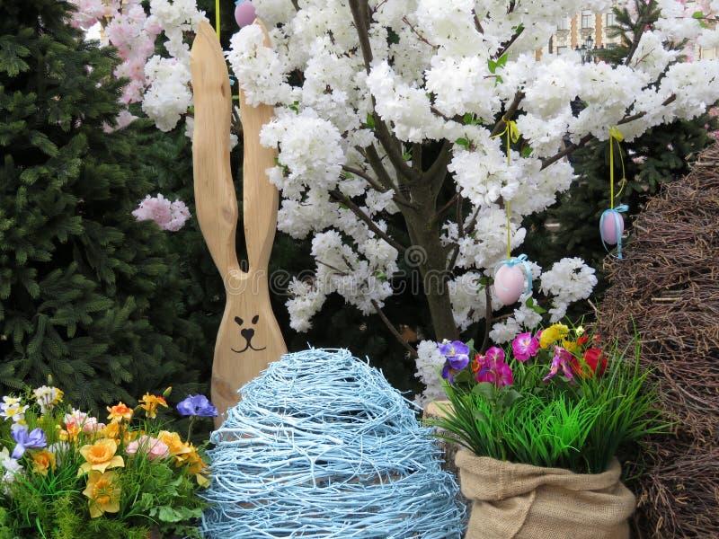 Coelhinho da Páscoa com ovos e flores imagens de stock