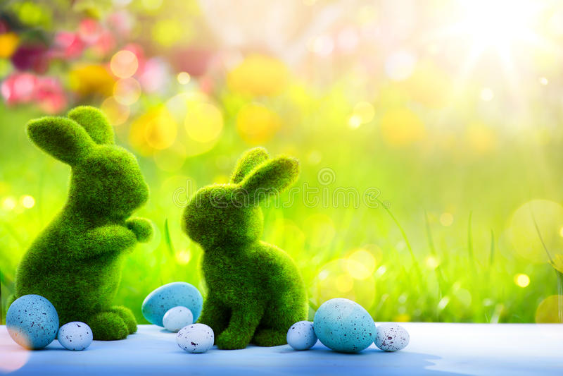 Coelhinho da Páscoa e ovos da páscoa da família da arte; Dia feliz da Páscoa fotografia de stock