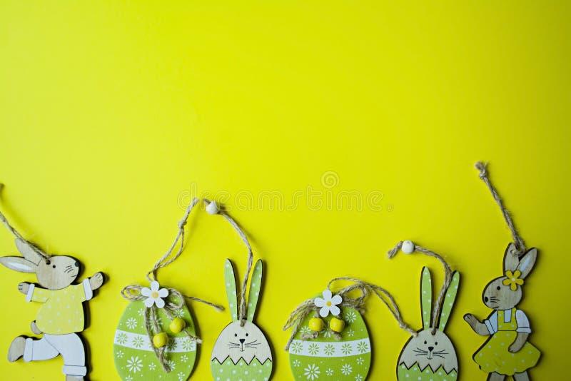 Coelhinho da P?scoa e ovos da p?scoa em um fundo amarelo Vista de acima copie o espa?o, espa?o para o texto imagem de stock royalty free