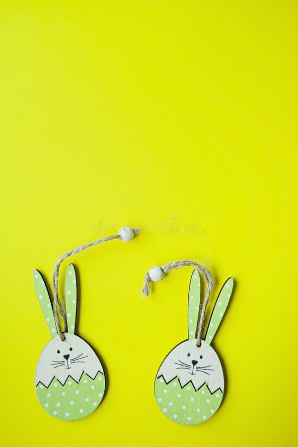Coelhinho da P?scoa em um fundo amarelo Vista de acima copie o espa?o, espa?o para o texto fotografia de stock
