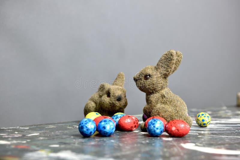 Coelhinhos da Páscoa cercados por ovos da páscoa pequenos foto de stock royalty free