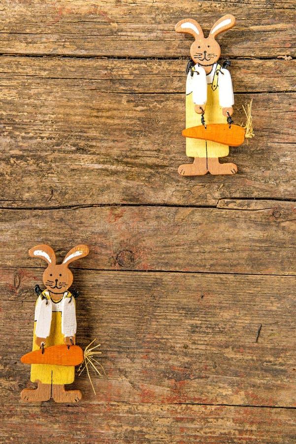 Coelhinhos da Páscoa em uma prancha com espaço da cópia imagem de stock royalty free
