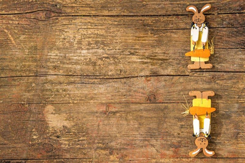 Coelhinhos da Páscoa em uma prancha com espaço da cópia imagens de stock royalty free
