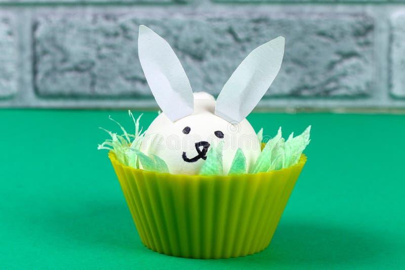 Coelho de Diy dos ovos para a Páscoa imagem de stock