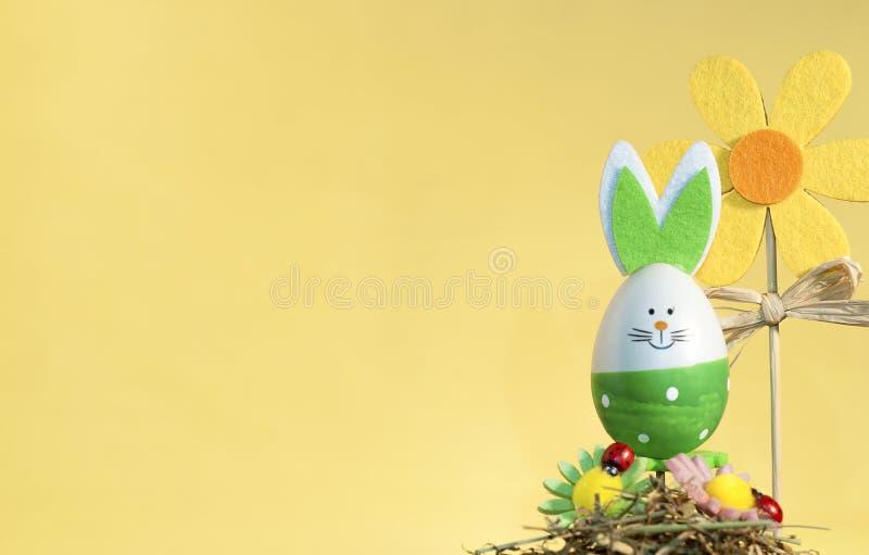 Coelho decorativo em uma vara, easter feliz da Páscoa fotografia de stock