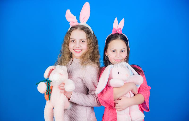 Coelho do coelho family Crianças nas orelhas do coelho do coelho Caça do ovo Família e irmandade Meninas com brinquedo da lebre F imagens de stock royalty free