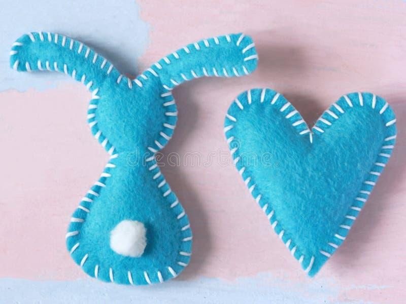 - Coelho e coração azuis em um pálido - fundo cor-de-rosa claro O dia de Valentim ou fundo feliz de easter para o molde do cartão fotos de stock