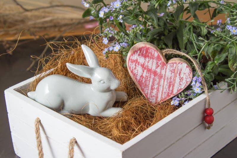 Coelho e coração brancos em uma caixa da flor imagens de stock